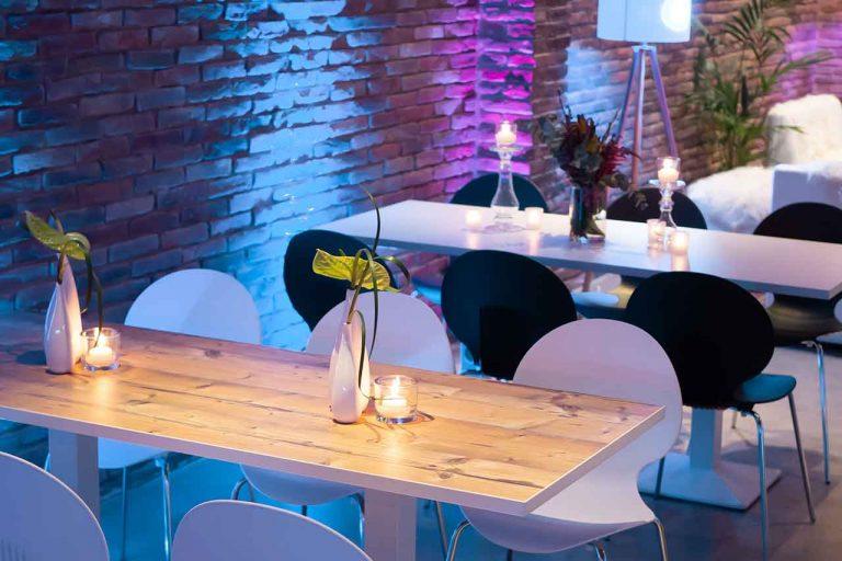 Tische mit Stühle